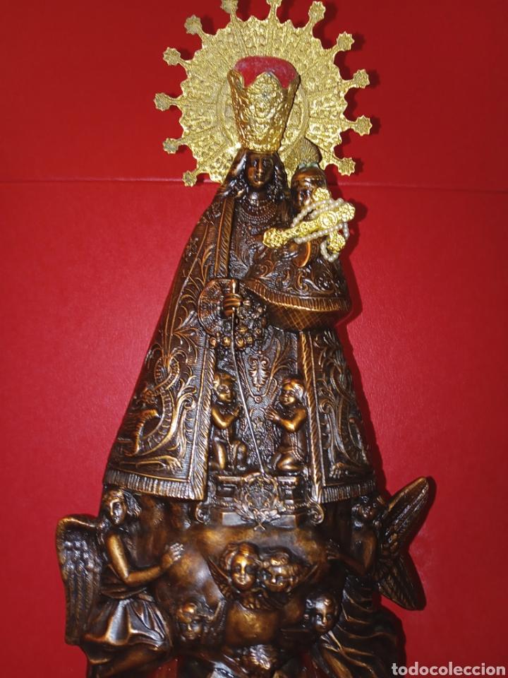 ANTIGUA VIRGEN DE LOS DESAMPARADOS - COBRE LABRADO - BASE DE MADERA TALLADA - C. 1950 - 40 CM (Antigüedades - Religiosas - Orfebrería Antigua)