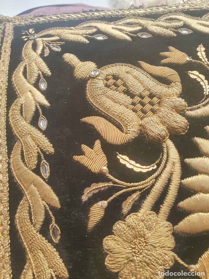 Antigüedades: CASULLA Y BONETE CON IMPORTANTES BORDADOS EN ORO,FINALES DEL XVIII - Foto 4 - 245254015