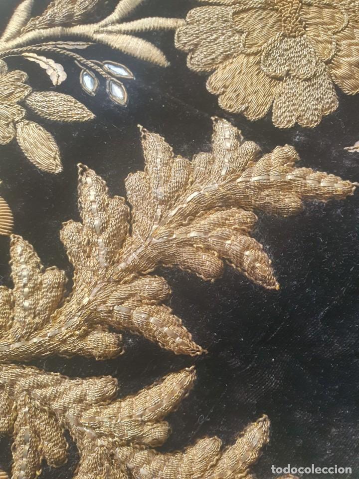 Antigüedades: CASULLA Y BONETE CON IMPORTANTES BORDADOS EN ORO,FINALES DEL XVIII - Foto 7 - 245254015