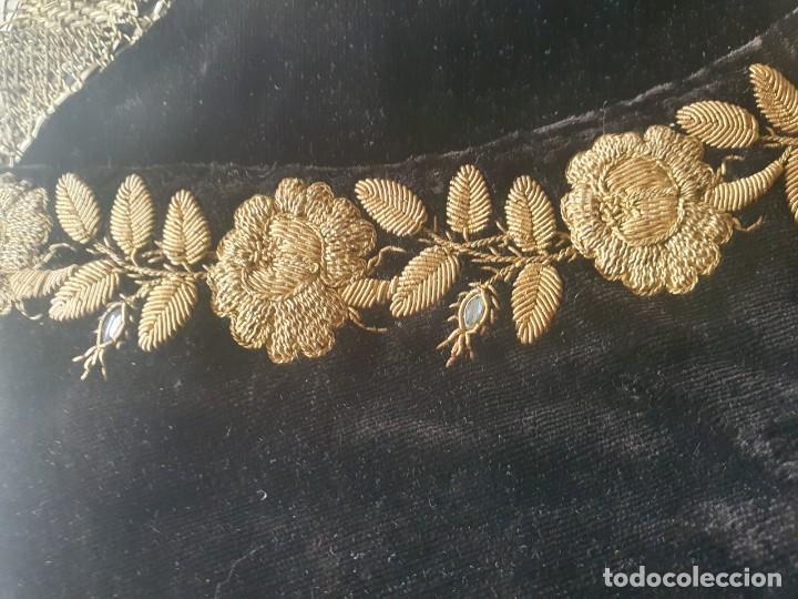 Antigüedades: CASULLA Y BONETE CON IMPORTANTES BORDADOS EN ORO,FINALES DEL XVIII - Foto 8 - 245254015