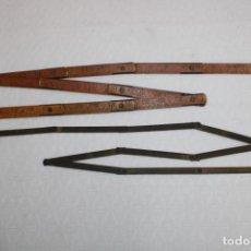 Antigüedades: ANTIGUA PAREJA DE REGLAS METRICAS PLEGABLES. UNA DE MADERA Y LA OTRA METALICA. Lote 245385100