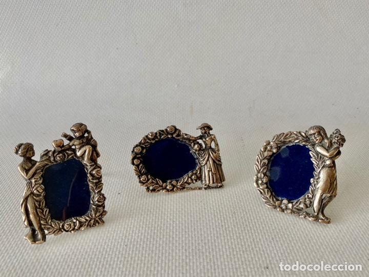 Antigüedades: Conjunto de tres pequeños Portafotos de plata de ley contrastada. Porta fotos - Foto 2 - 245391145