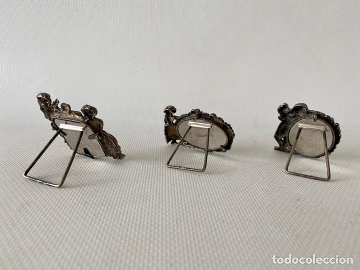Antigüedades: Conjunto de tres pequeños Portafotos de plata de ley contrastada. Porta fotos - Foto 3 - 245391145
