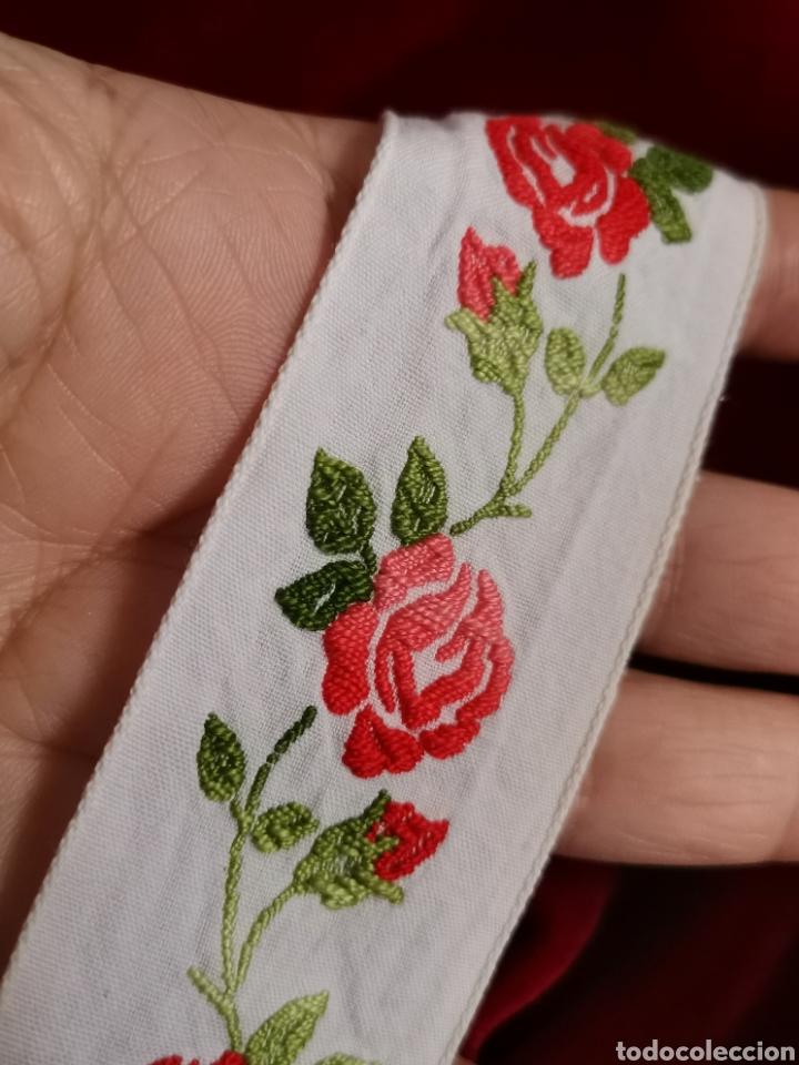 Antigüedades: Preciosa cenefa antigua años 60. Gran calidad. Muy bien conservada en algodón y bordada con rosas. - Foto 2 - 245391710