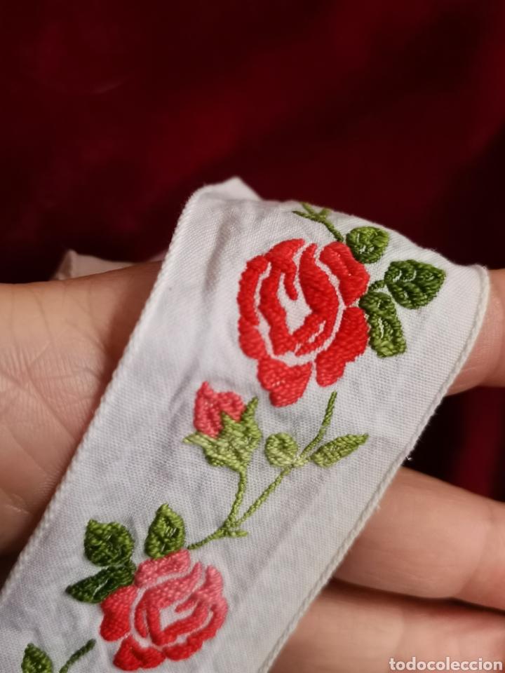 Antigüedades: Preciosa cenefa antigua años 60. Gran calidad. Muy bien conservada en algodón y bordada con rosas. - Foto 3 - 245391710