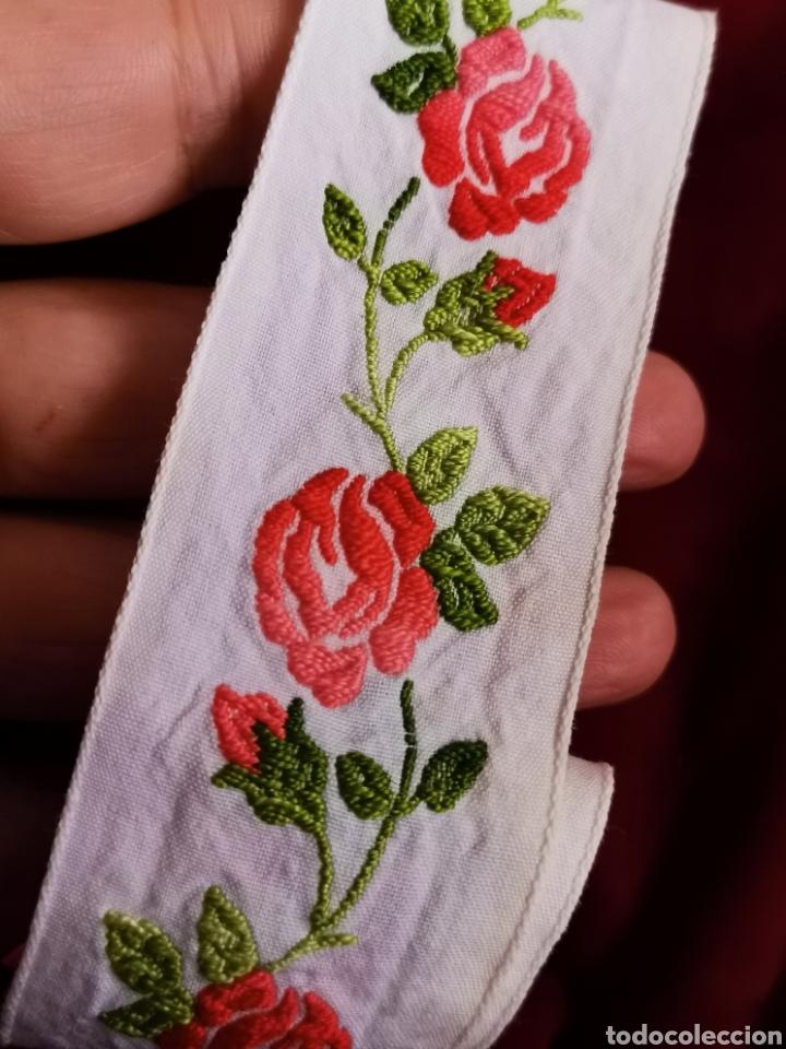 Antigüedades: Preciosa cenefa antigua años 60. Gran calidad. Muy bien conservada en algodón y bordada con rosas. - Foto 5 - 245391710