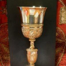 Antigüedades: ANTIGUO CALIZ DE METAL DORADO Y REPUJADO. PRINCIPIOS S. XX.. Lote 245401140