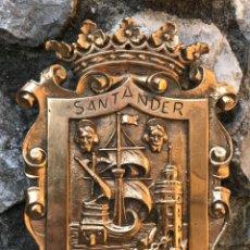 Oggetti Antichi: SANTANDER - ESCUDO DE BRONCE - CANTABRIA. Lote 245430350