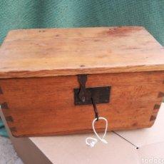 Antigüedades: CAJA CAUDALES FUERTE ARQUETA BAÚL ESCRITORIO COFRE JOYERO CON SU CERRADURA Y LLAVE FUNCIONANDO!!. Lote 245436040