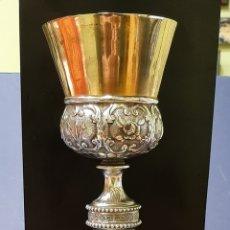 Antigüedades: ANTIGUO CÁLIZ PLATEADO, DORADO Y REPUJADO CON LOS SÍMBOLOS DE LA PASIÓN. S. XIX.. Lote 245442135
