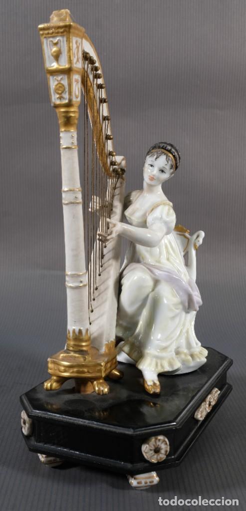 JOVEN TOCANDO EL ARPA EN PORCELANA BLANCA SIGLO XIX (Antigüedades - Porcelanas y Cerámicas - Otras)