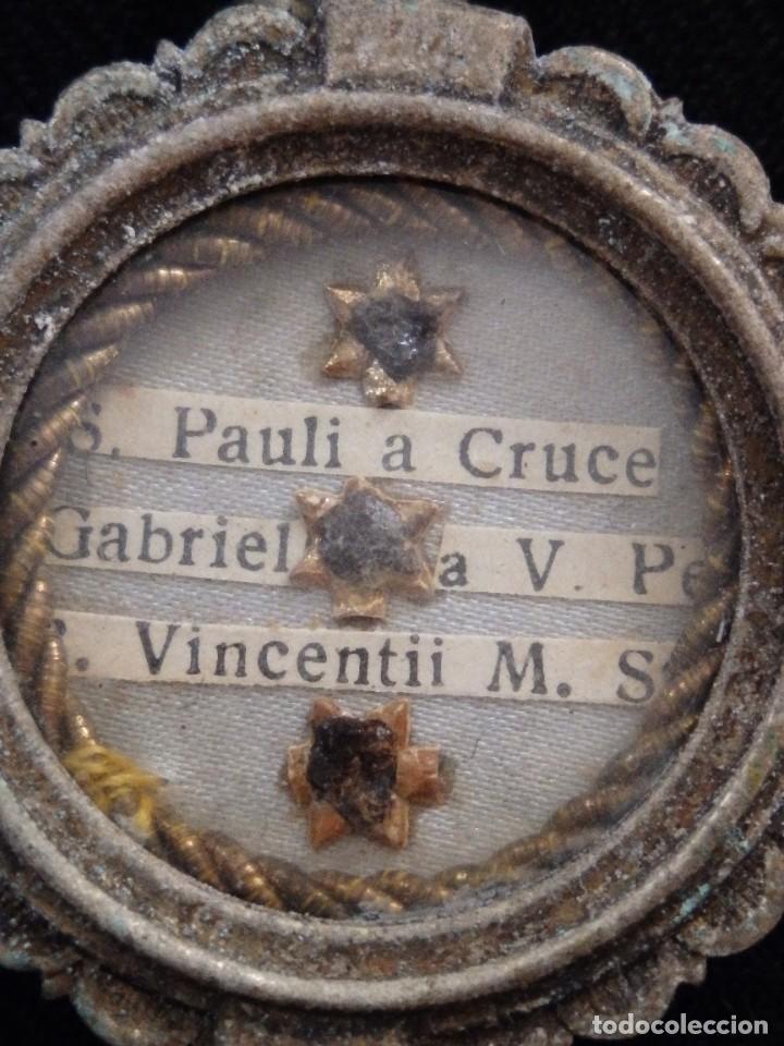 Antigüedades: Relicario en caja circular de plata portando tres reliquias de santos. Mide 3,7 cm. Hacia 1900. - Foto 2 - 245490630