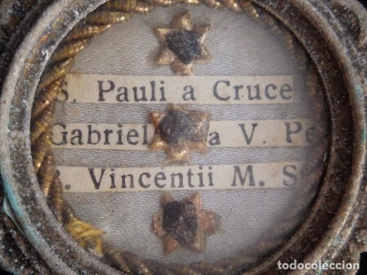 Antigüedades: Relicario en caja circular de plata portando tres reliquias de santos. Mide 3,7 cm. Hacia 1900. - Foto 3 - 245490630