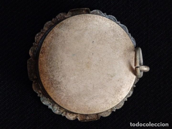 Antigüedades: Relicario en caja circular de plata portando tres reliquias de santos. Mide 3,7 cm. Hacia 1900. - Foto 6 - 245490630