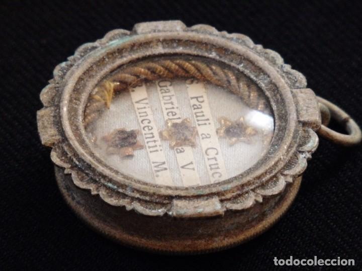 Antigüedades: Relicario en caja circular de plata portando tres reliquias de santos. Mide 3,7 cm. Hacia 1900. - Foto 7 - 245490630