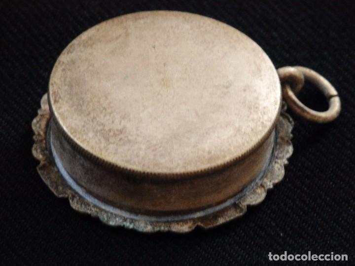 Antigüedades: Relicario en caja circular de plata portando tres reliquias de santos. Mide 3,7 cm. Hacia 1900. - Foto 8 - 245490630