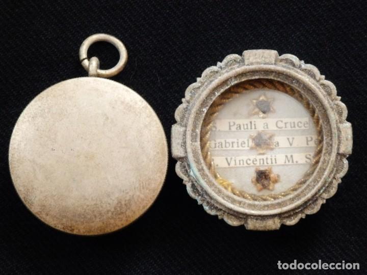 Antigüedades: Relicario en caja circular de plata portando tres reliquias de santos. Mide 3,7 cm. Hacia 1900. - Foto 9 - 245490630