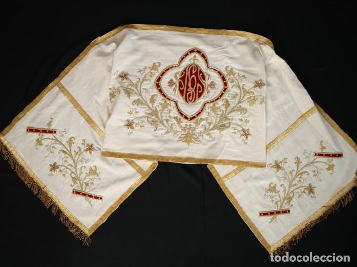Antigüedades: Gran humeral confeccionado en seda bordada con hilo de oro. Mide 252 x 67 cm. Hacia 1900. - Foto 2 - 245493480