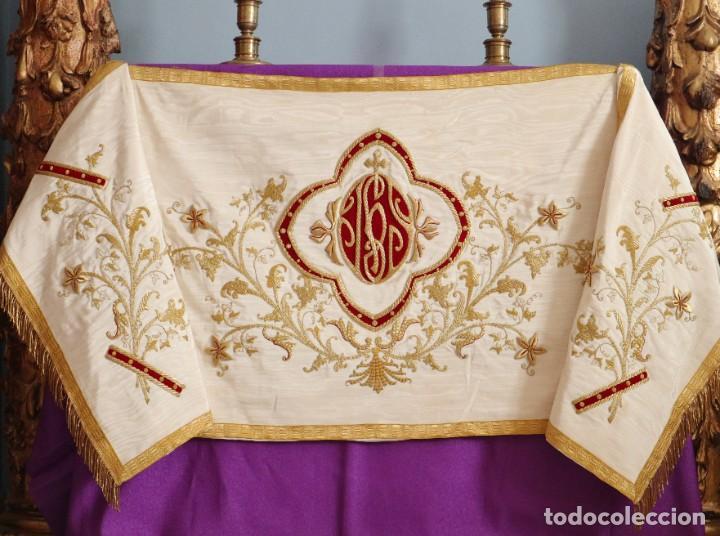 Antigüedades: Gran humeral confeccionado en seda bordada con hilo de oro. Mide 252 x 67 cm. Hacia 1900. - Foto 3 - 245493480