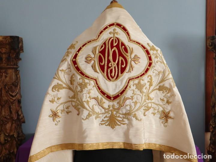 Antigüedades: Gran humeral confeccionado en seda bordada con hilo de oro. Mide 252 x 67 cm. Hacia 1900. - Foto 4 - 245493480