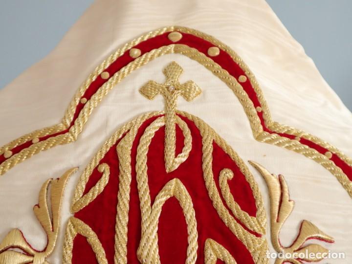 Antigüedades: Gran humeral confeccionado en seda bordada con hilo de oro. Mide 252 x 67 cm. Hacia 1900. - Foto 6 - 245493480
