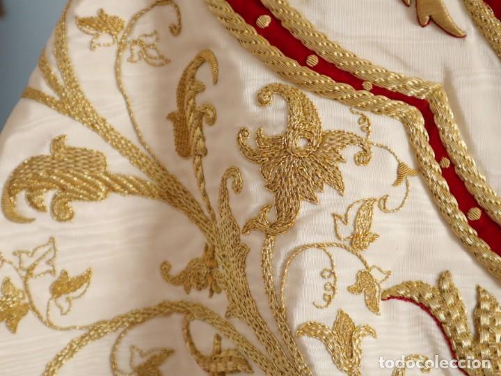 Antigüedades: Gran humeral confeccionado en seda bordada con hilo de oro. Mide 252 x 67 cm. Hacia 1900. - Foto 7 - 245493480