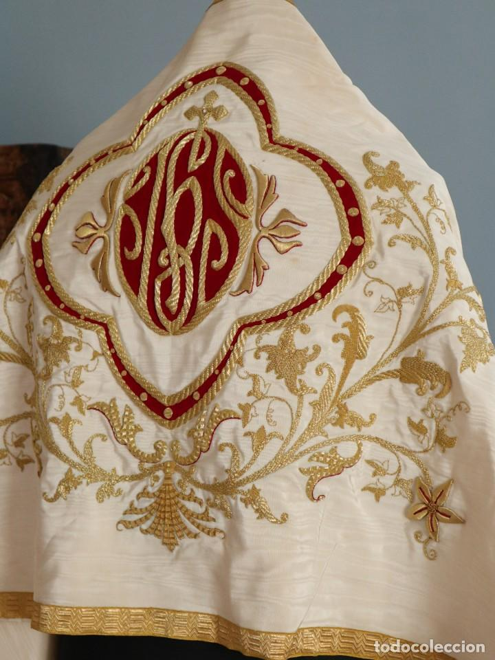 Antigüedades: Gran humeral confeccionado en seda bordada con hilo de oro. Mide 252 x 67 cm. Hacia 1900. - Foto 9 - 245493480