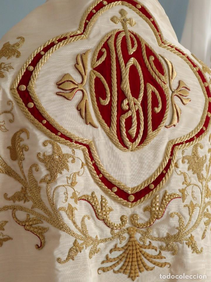 Antigüedades: Gran humeral confeccionado en seda bordada con hilo de oro. Mide 252 x 67 cm. Hacia 1900. - Foto 10 - 245493480