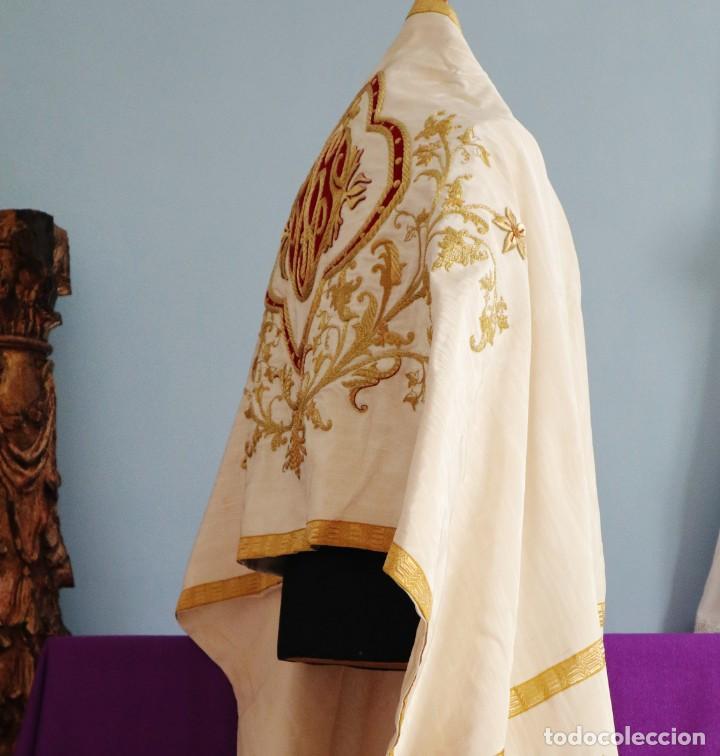 Antigüedades: Gran humeral confeccionado en seda bordada con hilo de oro. Mide 252 x 67 cm. Hacia 1900. - Foto 11 - 245493480