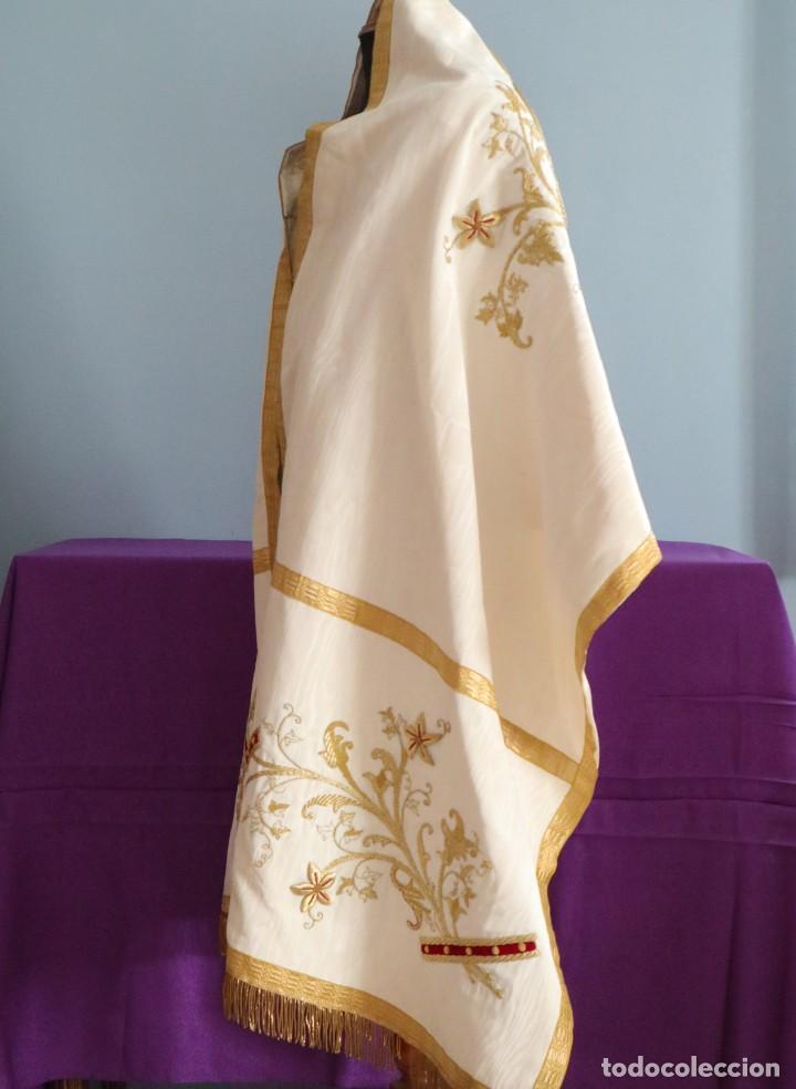 Antigüedades: Gran humeral confeccionado en seda bordada con hilo de oro. Mide 252 x 67 cm. Hacia 1900. - Foto 12 - 245493480