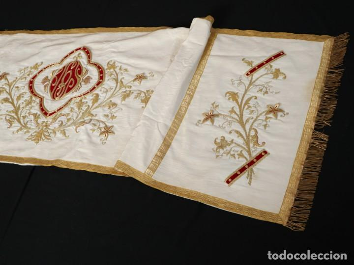 Antigüedades: Gran humeral confeccionado en seda bordada con hilo de oro. Mide 252 x 67 cm. Hacia 1900. - Foto 14 - 245493480
