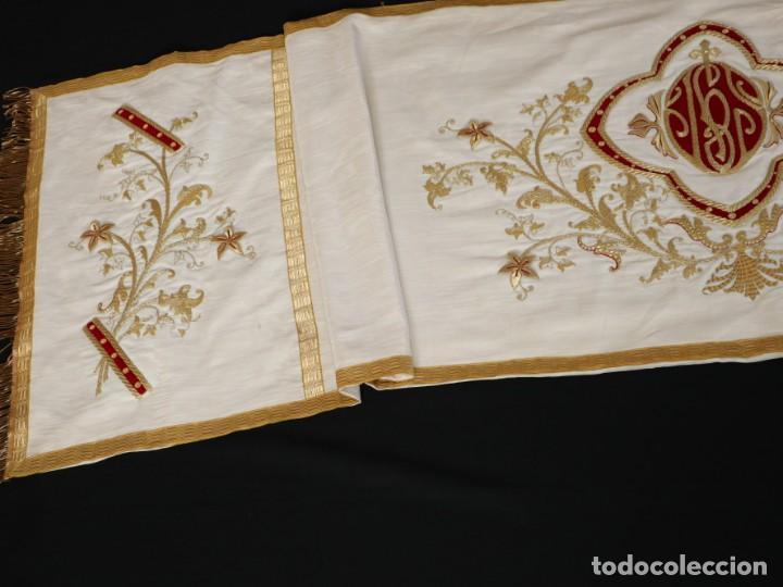 Antigüedades: Gran humeral confeccionado en seda bordada con hilo de oro. Mide 252 x 67 cm. Hacia 1900. - Foto 15 - 245493480