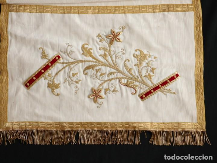 Antigüedades: Gran humeral confeccionado en seda bordada con hilo de oro. Mide 252 x 67 cm. Hacia 1900. - Foto 16 - 245493480