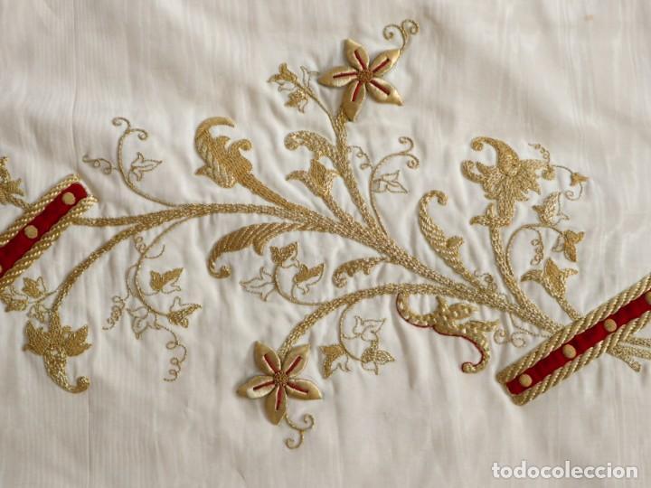 Antigüedades: Gran humeral confeccionado en seda bordada con hilo de oro. Mide 252 x 67 cm. Hacia 1900. - Foto 17 - 245493480
