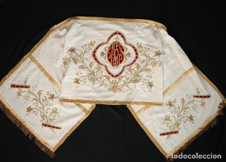 Antigüedades: Gran humeral confeccionado en seda bordada con hilo de oro. Mide 252 x 67 cm. Hacia 1900. - Foto 18 - 245493480