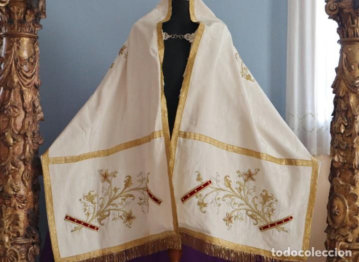 Antigüedades: Gran humeral confeccionado en seda bordada con hilo de oro. Mide 252 x 67 cm. Hacia 1900. - Foto 20 - 245493480