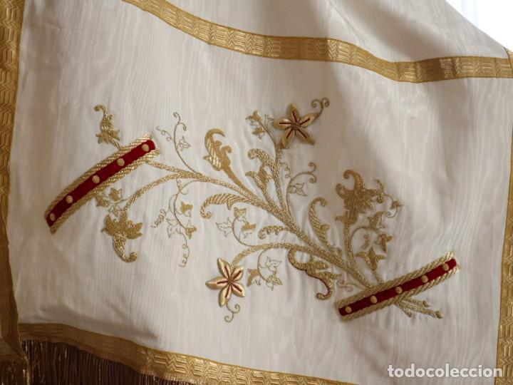 Antigüedades: Gran humeral confeccionado en seda bordada con hilo de oro. Mide 252 x 67 cm. Hacia 1900. - Foto 21 - 245493480