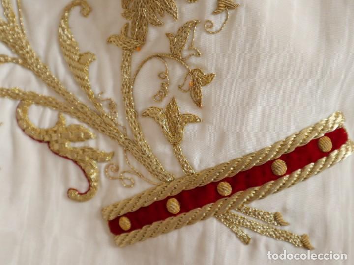 Antigüedades: Gran humeral confeccionado en seda bordada con hilo de oro. Mide 252 x 67 cm. Hacia 1900. - Foto 23 - 245493480