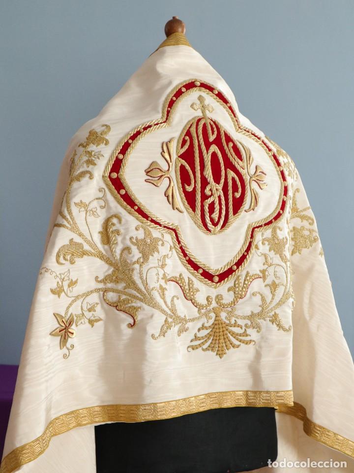 Antigüedades: Gran humeral confeccionado en seda bordada con hilo de oro. Mide 252 x 67 cm. Hacia 1900. - Foto 25 - 245493480