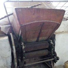 Antigüedades: ESTRUJADORAS ANTIGUAS DE BODEGA. Lote 245505965