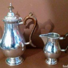Antigüedades: CAFETERA Y JARRA ALMAZÁN ALPACA PLATEADA. Lote 245534785