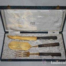 Antigüedades: SET DE SERVIR DE 3 PIEZAS. CAJA DE MADERA. MANGOS METAL PLATEADO. SIGLO XX. Lote 245545200