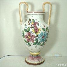Antigüedades: GRAN JARRON CERAMICA -FIRMADO DERUTA ITALIA -39 CMS DECORACION FLORAL- ANFORA VASIJA. Lote 245568985