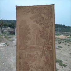 Antigüedades: ANTIGUO TAPIZ DE TELA VERTICAL CON CABALLOS REALEZA Y PERROS, CAZA. Lote 245571830