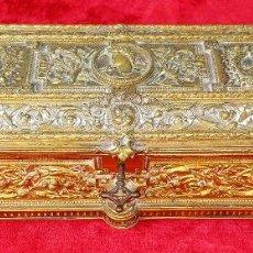 Antigüedades: CAJA JOYERO EN BRONCE DORADO. INTERIOR EN TERCIOPELO. ESPAÑA. SIGLO XIX. Lote 245575565