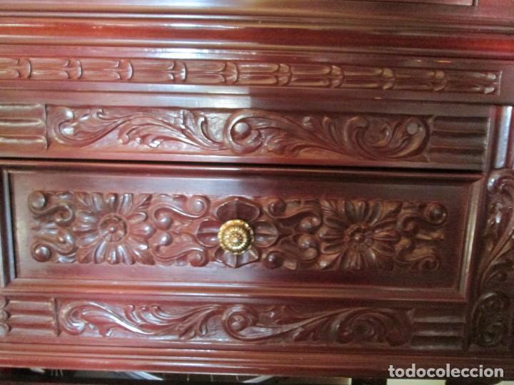 Antigüedades: Pareja vitrinas o expositores talladas en madera de haya. Piezas de Colección. - Foto 5 - 245606350