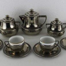 Antigüedades: JUEGO DE CAFÉ 6 SERVICIOS EN METAL PLATEADO CON TAZAS DE PORCELANA ART DECÓ. AÑOS 30. Lote 245629100