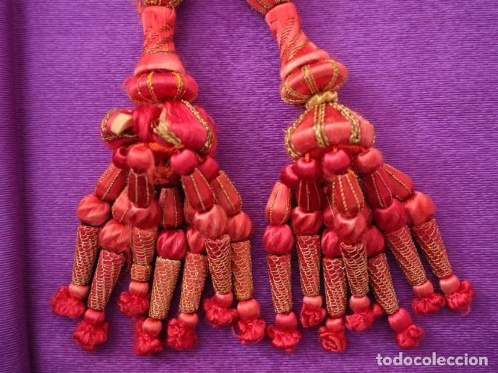 CÍNGULO ELABORADO EN HILO DE SEDA TERMINADO EN BORLAS RECUBIERTAS DE SEDA E HILO DE ORO. SIGLO XIX. (Antigüedades - Religiosas - Ornamentos Antiguos)