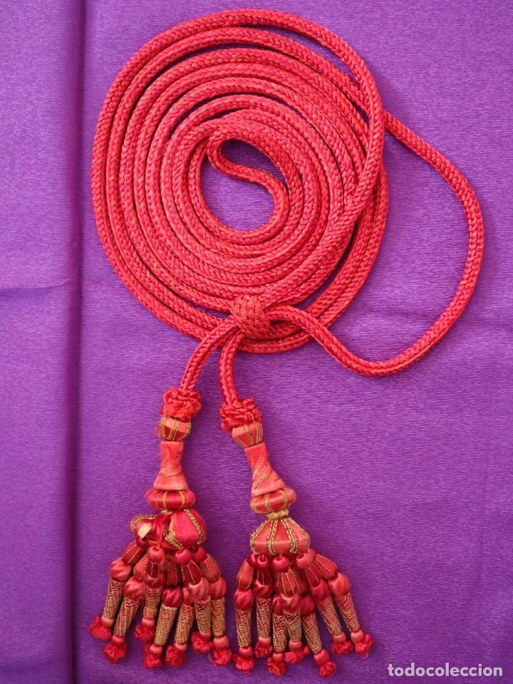 Antigüedades: Cíngulo elaborado en hilo de seda terminado en borlas recubiertas de seda e hilo de oro. Siglo XIX. - Foto 2 - 245727510