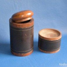 Antigüedades: TARRO PARA TABACO Y CENICERO DE MADERA REVESTIDOS DE CUERO DE 17 Y 7 CM DE ALTO Y 9,5 DE BASE. Lote 245759010
